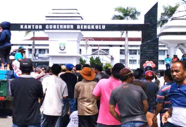 Gelar Aksi, Nelayan Trawl Minta Plt Gubernur Copot Kadis…