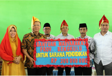 Serahkan Bantuan Rp 300 Juta, Plt Gubernur Bengkulu…