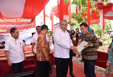 Menteri Eko Serahkan 400 Settifikat Transmigran di Bengkulu…