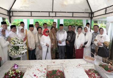 Gubernur Rohidin Ziarah ke Makam Fatmawati
