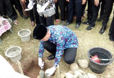 Berikan Bantuan,  Gubernur Letakkan Batu Pertama…
