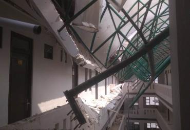 Belum Serah Terima Gedung Asrama Mahasiswi UMB Runtuh