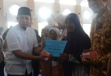 Wawali Dedy Serahkan Bantuan Jatah Hidup Untuk 70 Lansia