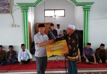 Gubernur Rohidin Serahkan Bantuan Ke Masjid Nurul Huda BU