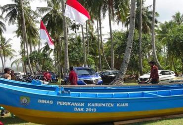 Bupati Kaur Serahkan Bantuan Peralatan Nelayan