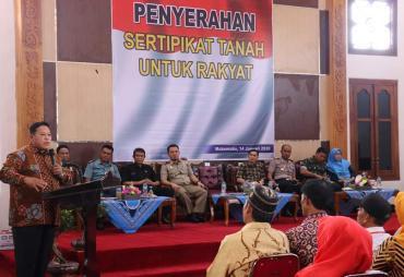 Bupati Choirul Huda Bagikan 355 Sertifikat PTSL