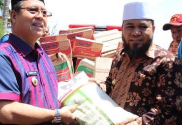 Walikota Helmi Hasan Serahkan Bantuan untuk Korban Banjir…