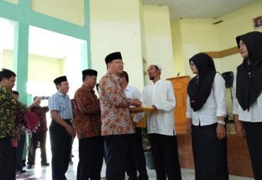 Gubernur Rohidin Serahkan SK GTT dan PTT se- Kabupaten…