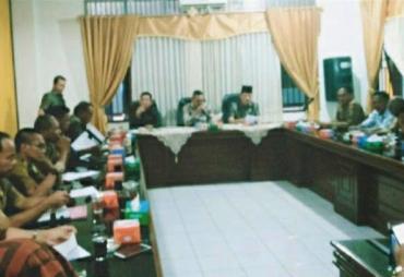 Dewan Komisi II DPRD BU Fasilitasi Hearing Warga Putri…