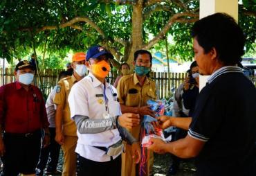 Bagikan Masker, Bupati Gusnan Motivasi Warga Perangi Corona