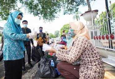 Pastikan Masyarakat Bebas Lapar, Ibu Derta Rohidin Salurkan…