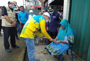 Gubernur Rohidin Berikan Bantuan Kepada Penyandang…