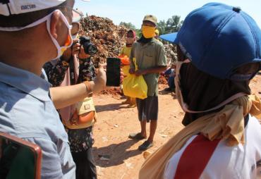 Gubernur Rohidin Sapa Pemulung dan Penyapu Jalan via Video…