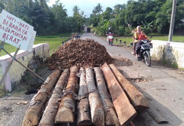 Jembatan Ambruk Diterjang Air, Warga Desa Rawan Selapan…